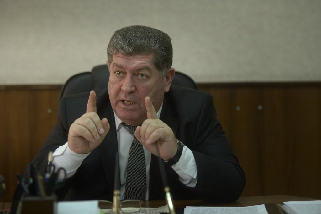 – Jag är en s t a t l i g tjänsteman, låt oss träffas igen om 80 år och prata, säger Asker Sjchalachov