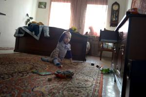 Sonen Ilja, 3, smyger omkring och leker